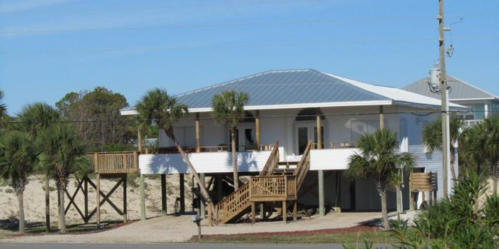 2nd tier home with Hot tub and Hurricane Shutters located in the Gulf Beaches