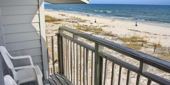 town home located in 300 Ocean Mile For Sale